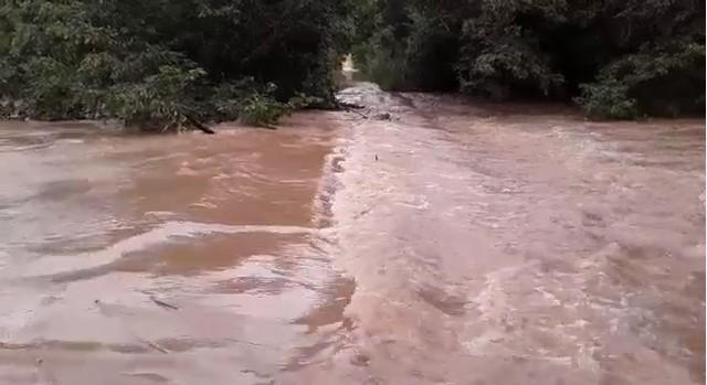 Famílias ficam ilhadas após enchente deixar pontes e estradas submersas no sul do estado