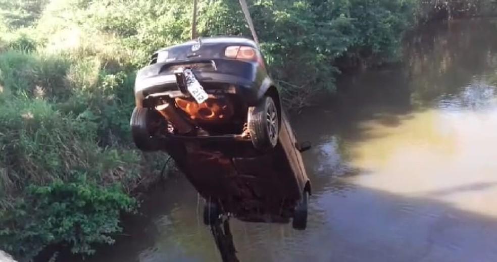Carro roubado é encontrado submerso em córrego às margens da BR-153