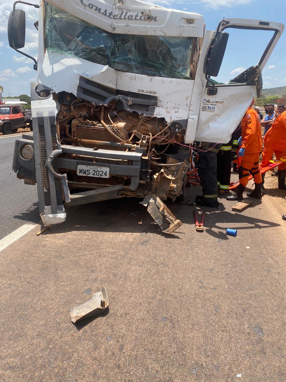 Aureny IV: colisão entre caminhões deixa motorista preso às ferragens