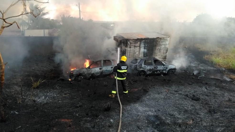 Incêndio atinge pátio de quartel da PM e destrói mais de 10 carros que estavam apreendidos