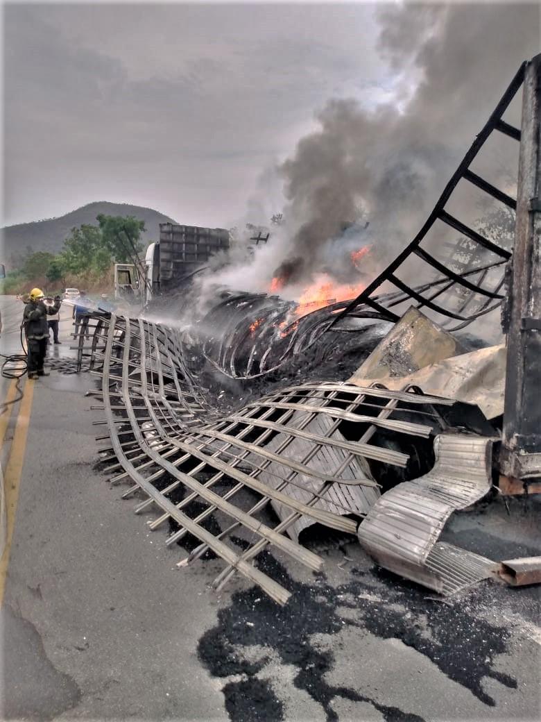 Araguatins: bombeiros militares socorrem vítimas de capotamento na TO-404