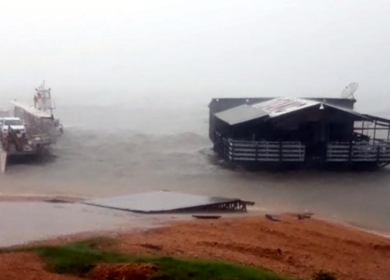 Famosa boate Titanic é arrastada por tempestade e bate em balsa ancorada em Xambioá