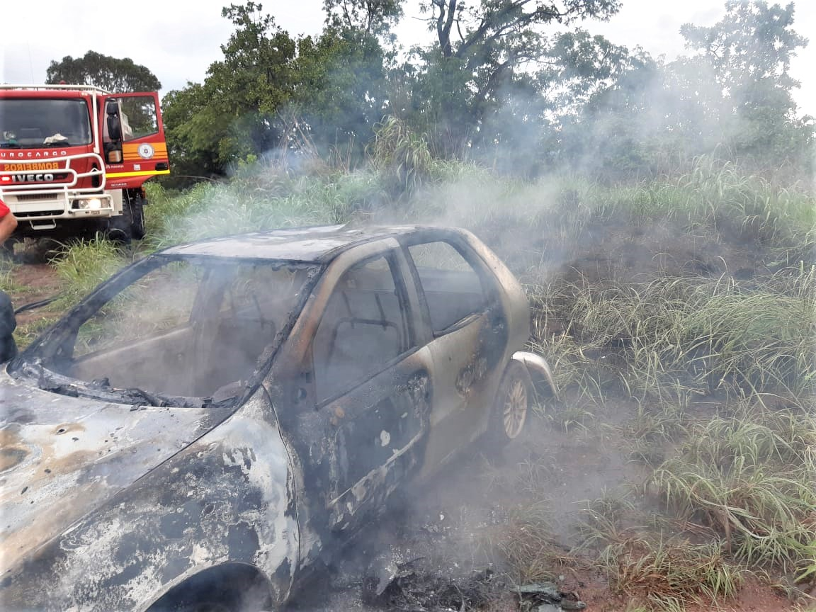 Homem usa fogo para limpar terreno e chamas atingem o próprio veículo