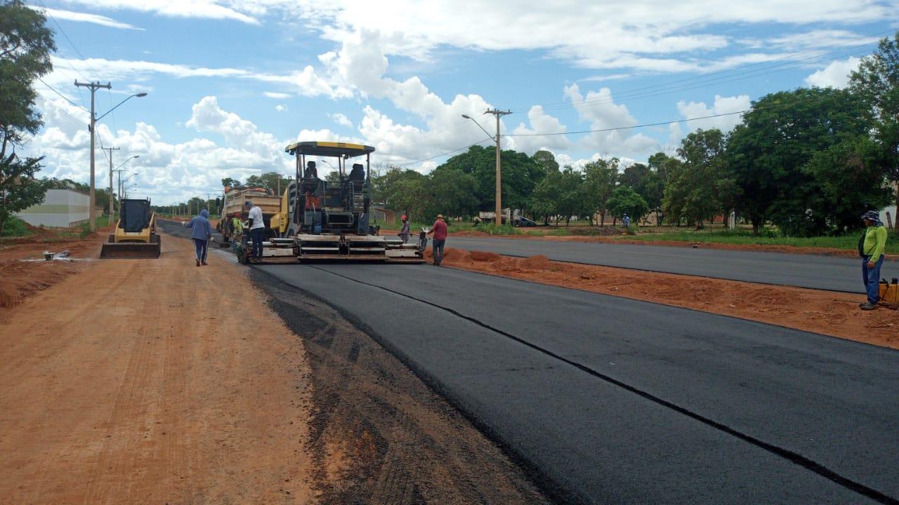 Avenida LO-13: faixa de duplicação começa a receber pavimento asfáltico